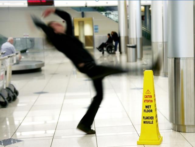 ¿Cómo evitar accidentes al fregar superficies?